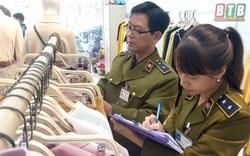 Tạm giữ hơn 400 quần áo thời trang gắn mác IFU có dấu hiệu vi phạm về nhãn hàng hóa
