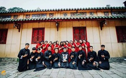 Ngày nhà giáo Việt Nam, học trò đi 45 km thăm mộ thầy chủ nhiệm vừa qua đời