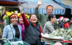 Tiểu thương chợ Đồng Xuân vừa bán hàng vừa tranh thủ