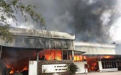 Xưởng gỗ lửa bốc cháy ngùn ngụt, cột khói cao hàng chục mét