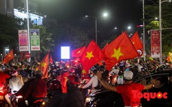 Hàng ngàn người dân Huế cùng du khách nước ngoài đổ ra đường mừng HCV SEA Games 30 của U22 Việt Nam
