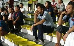 HLV Akira Nishino ngồi trên khán đài đã mỉm cười khi Hoàng Đức ghi bàn vào lưới U22 Indonesia