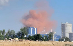 Cột khói màu nâu đỏ bốc lên từ nhà máy thép Hòa Phát Dung Quất