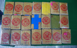 Người dân Thừa Thiên Huế tiếp tục nhặt được 21 bánh nghi ma túy trôi dạt trên biển