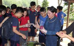 Cùng các em học sinh trải nghiệm ẩm thực dân tộc