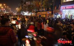 Hàng nghìn người ngồi lòng đường vái vọng dâng sao giải hạn tại chùa Phúc Khánh