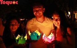 Khách du lịch thích thú thả đèn hoa đăng trên sông Hoài