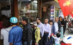 Người Hà Nội xếp hàng dài cả chục mét để mua giò chả ngày sát tết
