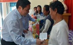 Đồng chí Phạm Minh Chính tặng quà cho hộ nghèo ở Kiên Giang