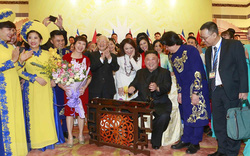 Hình ảnh Chủ tịch Triều Tiên Kim Jong-un hào hứng đánh thử đàn bầu Việt Nam