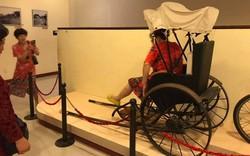 Khách Trung Quốc tự ý ngồi lên xe lôi trưng bày trong Bảo tàng Đà Nẵng