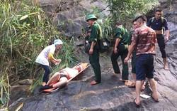 Giúp đỡ 3 du khách người Anh gặp nạn khi phượt trên đèo Hải Vân