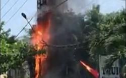 Trụ điện bốc cháy dữ dội, người dân và du khách cùng nhau di chuyển xe máy