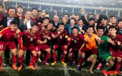 Thủ tướng, Chủ tịch Quốc hội xuống sân chúc mừng chiến thắng của đội tuyển U23 Việt Nam