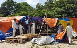 Tháo dỡ lều bạt, dọn vệ sinh môi trường tại khu vực bãi biển rạn Nam Ô