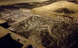 Clip nước thải bốc mùi tuôn ra biển Đà Nẵng sau mưa lớn