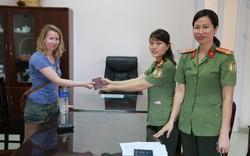 Người dân Huế trả lại hộ chiếu cho du khách nước ngoài