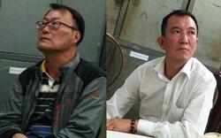 Hai người nước ngoài lấy ba lô của hướng dẫn viên du lịch trong khách sạn