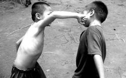 Chín người mười ý với câu hỏi khiến bao phụ huynh đau đầu: Con bị đánh có nên xúi con đánh lại bạn không?