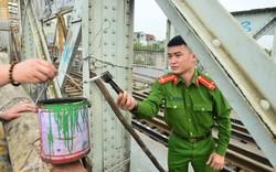 Lực lượng công an dọn dẹp kim tiêm trên cầu Long Biên sau phản ảnh của Báo điện tử Tổ Quốc