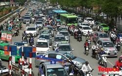 Vắng bóng CSGT, taxi hoạt động bát nháo, gây ách tắc trước cổng bệnh viện Bạch Mai