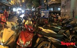 Hà Nội: Lấn chiếm vỉa hè, người dân phố cổ biến lòng đường thành bãi gửi xe