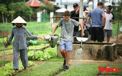 Khách du lịch nước ngoài thích thú làm nông dân cuốc đất trồng rau tại làng Trà Quế