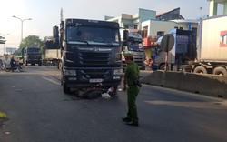 Xe máy bị cuốn vào gầm xe tải, một phụ nữ bị thương nặng