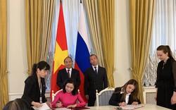 Thủ tướng Nguyễn Xuân Phúc và Thủ tướng Nga Medvedev chứng kiến lễ ký kết biên bản ghi nhớ về hợp tác trong lĩnh vực du lịch