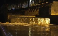 Nước thải đen ngòm đổ ra biển Đà Nẵng sau mưa lớn