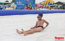 Nắng nóng kéo dài, người dân thủ đô đổ dồn về công viên nước bằng phao đầu tiên của Hà Nội