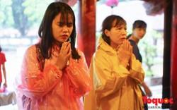 Bất chấp mưa gió, hàng trăm sĩ tử đến Văn Miếu - Quốc Tử Giám cầu may trước giờ