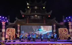 Thưởng lãm thư pháp trên lá sen tại Tuần lễ Văn hóa - Du lịch Đồng Tháp năm 2019
