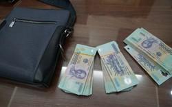 Tài xế taxi trả lại túi xách bên trong có hàng trăm triệu đồng cho du khách bỏ quên