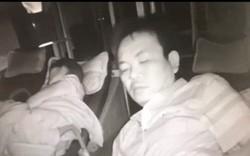 Clip: Lợi dụng người nằm cạnh trên xe khách ngủ say, tên trộm móc sạch tiền