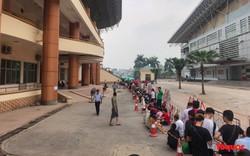 Hàng trăm người xếp hàng từ sớm để mua vé xem U23 Việt Nam