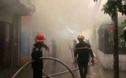 Hà Nội: Cháy nhà trong cơn mưa lớn