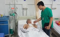 Đang dọn bàn học cho con, người bố không may trượt chân ngã bị kéo đâm vào vùng ngực