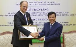 """Trao Kỷ niệm chương """"Vì sự nghiệp ngành Văn hóa, Thể thao và Du lịch"""" cho Đại sứ đặc mệnh toàn quyền Cộng hòa Liên bang Đức tại Việt Nam"""