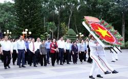 Chủ tịch Quốc hội tưởng niệm Anh hùng liệt sĩ tại TPHCM