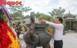 Bộ trưởng Nguyễn Ngọc Thiện dâng hương tại Nghĩa trang Liệt sỹ Thành phố Huế