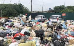Hà Nội: Ngỡ ngàng sau một đêm 4 chiếc ô tô chìm trong bãi rác