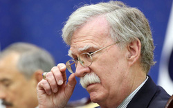 Ông John Bolton gánh sức ép
