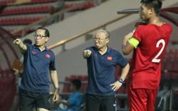 HLV Park Hang-seo cùng ban huấn luyện dọn dẹp sạch chai nhựa sau trận đấu với CLB Kitchee