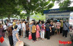 Hà Nội: Hàng trăm người cao tuổi háo hức xếp hàng làm thẻ xe buýt miễn phí