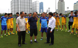 Bộ trưởng Nguyễn Ngọc Thiện thăm Đội tuyển bóng đá Việt Nam trước ngày lên đường thi đấu vòng loại Word Cup