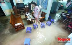 Người dân Thủ đô xếp ghế vượt ngập úng vào nhà