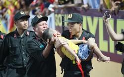 CSCĐ dũng cảm cho CĐV nhí cắn tay để tránh bị nuốt lưỡi, nạn nhân đã hồi phục trở về với bố mẹ