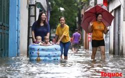 Người dân thủ đô bơi thuyền tự chế, hò nhau đi bắt cá ngay trên đường phố