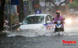 Hà Nội: Mưa lớn 30 phút, nhiều tuyến phố ngập sâu trong biển nước